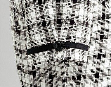 ボタンと黒テープでタックをつくり大人可愛い袖口