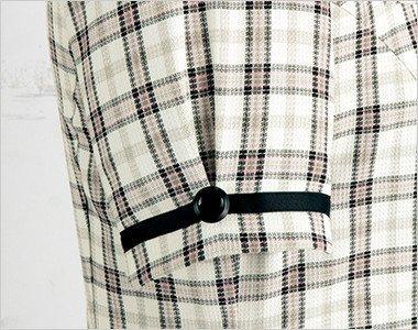 黒ボタンとテープで引き締め効果のある袖口