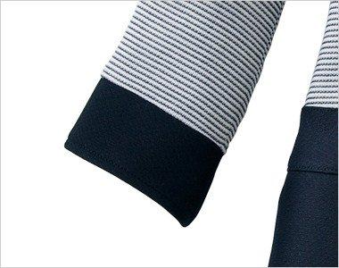 袖口はネイビーで切り替えたデザイン