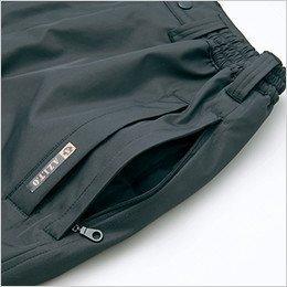 下に履いているズボンのポケットが使えるスルーポケット採用