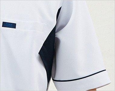 体が引き締まって見える両脇のネイビー配色。脇下のムレを解消するメッシュ仕様。