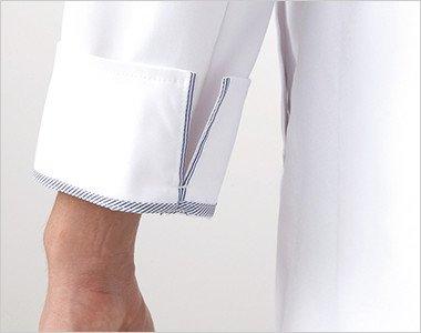 袖口のパイピングが折り返した際のアクセントに。