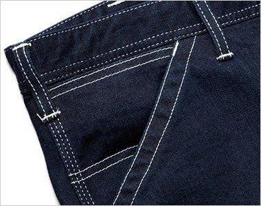 サイドには出し入れしやすい斜めポケット。右側にはコインポケット付き。