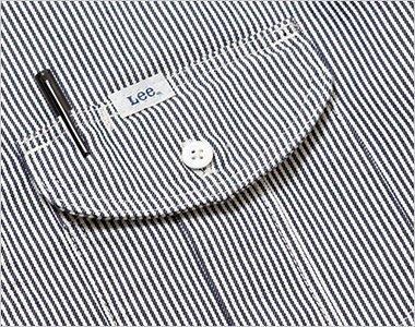 プリーツ入りで立体的なLee象徴的な胸ポケット