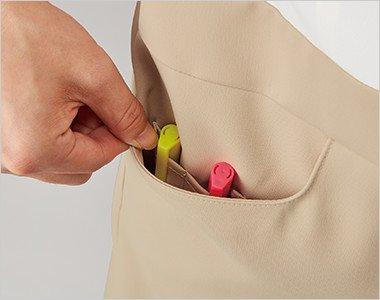 右脇ポケットはペン差しポケットが2つあり、小物と区別して収納できます。