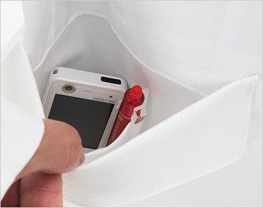 右脇ポケットは二重構造で、内側はPHSポケット