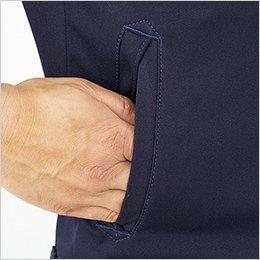 腰ポケットは物が落ちにくい逆玉縁。両端にはデザインアクセントを兼ねて三角形の補強をプラス。