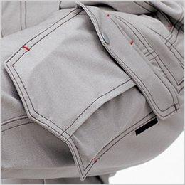 左フラップポケットはプリーツとフラシで収納力アップ