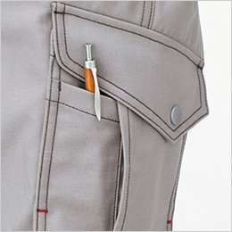 フラップ付きの右カーゴポケットは、プリーツとフラシで収納力UP(サブポケット付き)