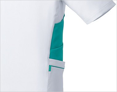 両脇には収納力豊富な三段ポケット